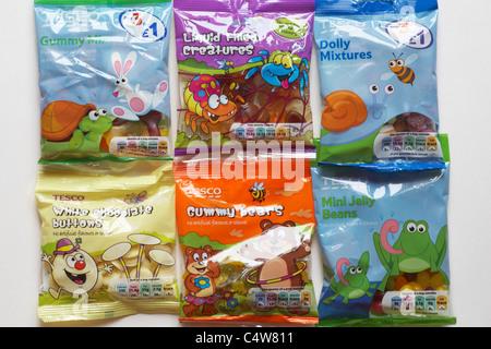 Selezione dei pacchetti di Tesco dolci caramelle su sfondo bianco Foto Stock