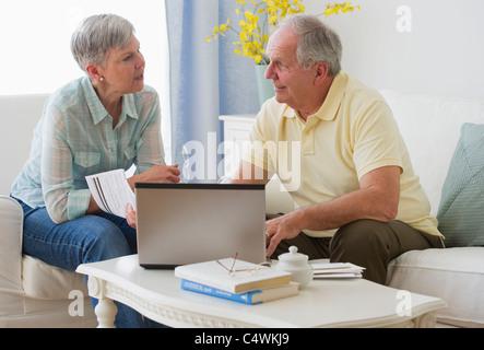 Stati Uniti d'America,New Jersey,Jersey City,coppia Senior con il computer portatile Foto Stock