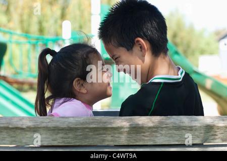 Stati Uniti, California, fratello e sorella (4-13) faccia a faccia al parco giochi