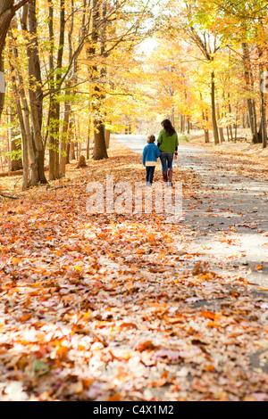 La madre e il figlio a piedi Foto Stock