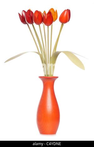 Tulipani di legno in un vaso studio ritaglio Foto Stock