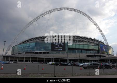 Lo stadio di Wembley, fan del supergruppo di prendere che si snodano lungo la passerella di questo iconico stadium Sabato 2 Luglio 2011