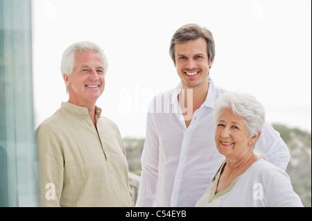 Ritratto di una famiglia sorridente insieme Foto Stock