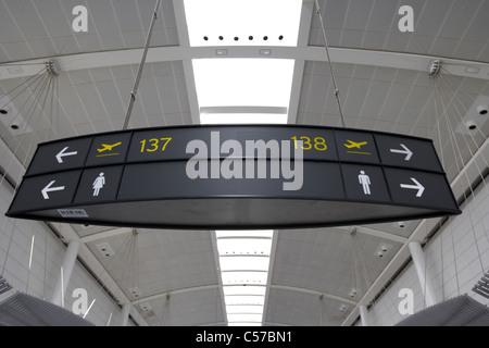 Gate di partenza e wc segni nel lounge terminal 1 Aeroporto Internazionale Pearson di Toronto Ontario Canada Foto Stock