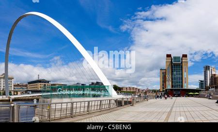 Il Millenium Bridge e il Baltic Centre for Contemporary Arts, Quayside, Gateshead, Tyne and Wear, Regno Unito Foto Stock