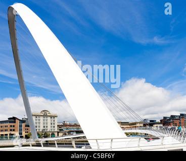 Il Millennium Bridge sul fiume Tyne a Newcastle, Quayside, Gateshead, Tyne and Wear, Regno Unito Foto Stock
