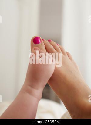 Close-up di un bambino e di una donna a piedi nudi Foto Stock