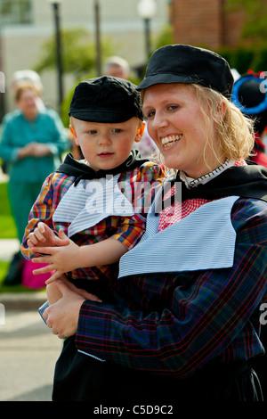Olandese di madre e bambino nel tradizionale abito olandese in Olanda, Michigan, Stati Uniti d'America.
