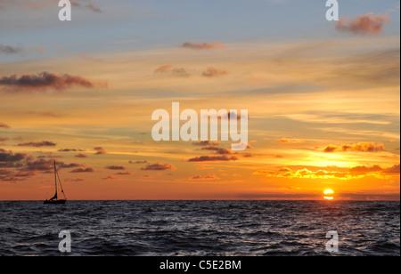 Vista panoramica del mare tranquillo contro il drammatico il cielo al tramonto Foto Stock