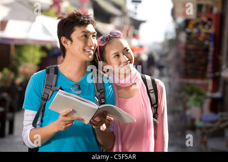Coppia giovane esplorare Dali Foto Stock