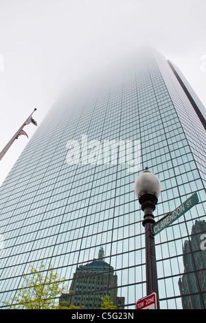 John Hancock tower, con il suo famoso riflessioni, nel centro cittadino di Boston, Massachusetts, in un giorno di Foto Stock