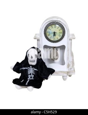 Il tempo è in funzione a breve con la Morte incarnata appoggiata contro un orologio formale per misurare il tempo Foto Stock