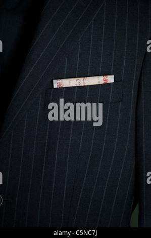 Un uomo con una cinquantina di pound nota nella sua tasca della giacca