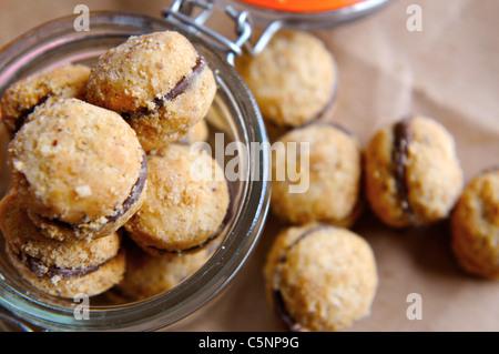 Riempite la nocciola cookies (Baci) Foto Stock