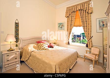Interno di una tradizionale camera da letto in inglese foto