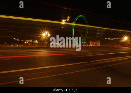 Sentieri di luce sul Westminster Bridge, London, Regno Unito Foto Stock