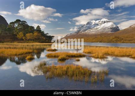 Loch Clair e Liathach in autunno, Torridon, a nord-ovest della Scozia, Gran Bretagna. Foto Stock