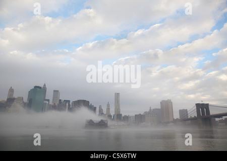 Ponte di Brooklyn Park nella nebbia