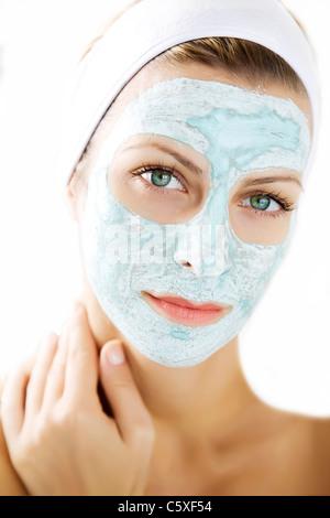 Giovane donna che indossa una depurazione maschera della pelle Foto Stock