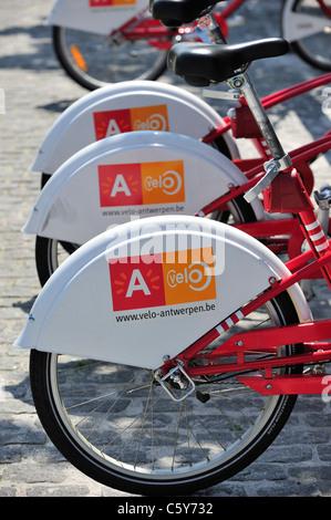 Parcheggio biciclette rosso in una delle stazioni di velo a città di Anversa, Belgio Foto Stock