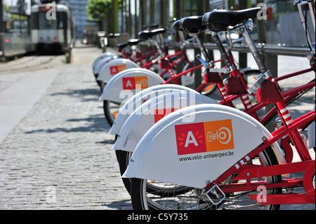 Parcheggio biciclette rosso in una delle stazioni di velo a Anversa, Belgio Foto Stock