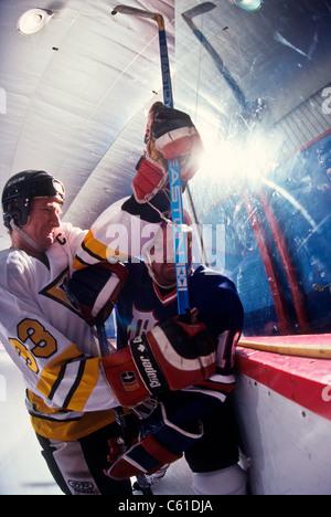 Giocatori di Hockey su ghiaccio in azione. Foto Stock