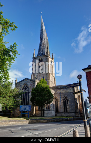 La Chiesa Parrocchiale di Santa Maria e di tutti i santi, Chesterfield, con la sua famosa guglia ritorto Foto Stock