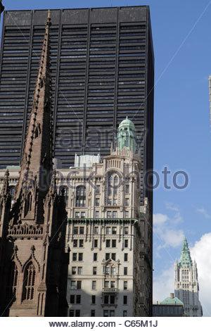 La parte inferiore di Manhattan New York City New York NY Financial District FiDi Broadway Chiesa della Trinità Foto Stock