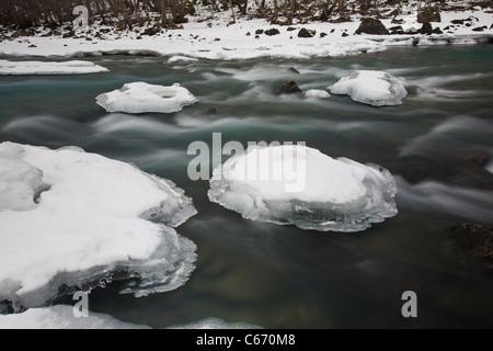 Rauma fiume in inverno, Romsdalen valley, Rauma kommune, Møre og Romsdal, Norvegia. Foto Stock