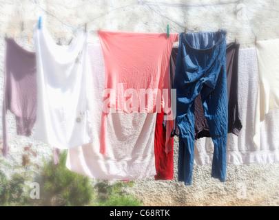 Abbigliamento appeso sulla linea di lavaggio a secco. Foto Stock