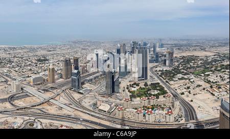 Vista di Dubai Sheik Zayed Road, dal più alto ponte di osservazione nel mondo, nella parte superiore, il Burj Khalifa, Foto Stock