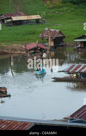 Un galleggiante swan pedalò sul fiume Songaria, Sangkhlaburi, la provincia di Kanchanaburi Thailandia Foto Stock