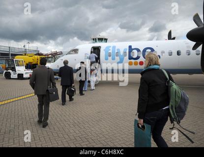 I passeggeri di salire a bordo di un FlyBe Bombardier Dash-8 a Southampton (Eastleigh) international airport, Hampshire, Inghilterra. Foto Stock