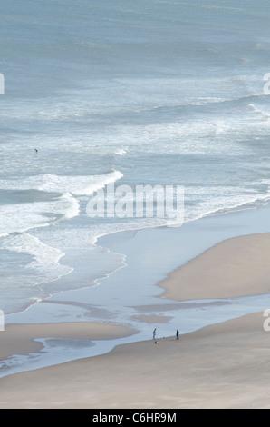 San Ciro Spiaggia Riserva Naturale Nazionale con modelli di surf e la gente a piedi - relax sulla sabbia 3 Foto Stock