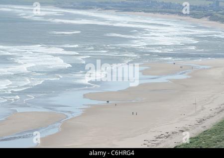 San Ciro Spiaggia Riserva Naturale Nazionale con modelli di surf e la gente a piedi - relax sulla sabbia 4 Foto Stock