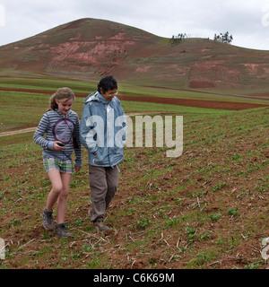 Ragazza con il suo amico a piedi nella Valle Sacra, regione di Cusco, Perù Foto Stock