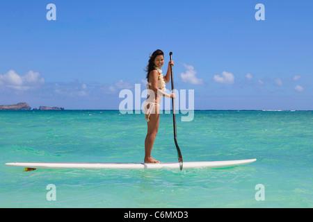 Bella ragazza polinesiano su un standup paddle board Foto Stock