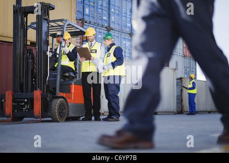 I lavoratori parlano in cantiere di spedizione