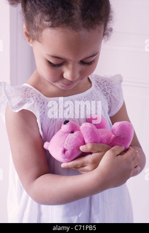 Little Girl holding orsacchiotto affettuosamente Foto Stock