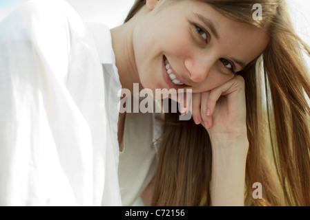 Sorridente giovane donna, ritratto Foto Stock