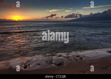 Tramonto sulla spiaggia su Kaanapali di Maui Hawaii che mostra il cielo di variopinti colori con l'isola di Molokai Foto Stock