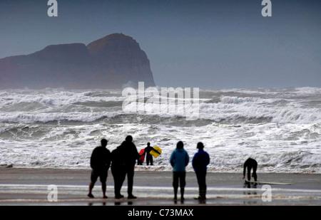 Surfers sfidando il mare grosso a Llangennith beach sulla Penisola di Gower come tailend dell uragano Katia ha raggiunto Foto Stock