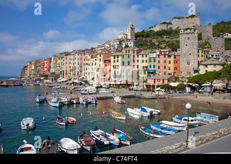 Porto e coloratissima fila di case, il villaggio di pescatori di Porto Venere, provincia di La Spezia Liguria di Foto Stock