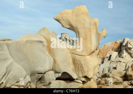 Xvi secolo torre genovese, incorniciati da rocce di granito scolpite dal tempo e il mare sul punto di Campomoro, Corsica.