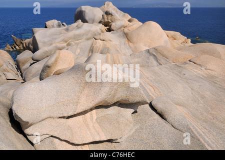 Venato promontorio di granito levigate e scolpite dal vento, meteo e il mare, Punto di Campomoro, vicino a Propriano, Corsica, Francia.