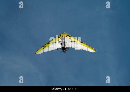 Mano-aliante in cielo blu di Carolles (Normandia, Francia).