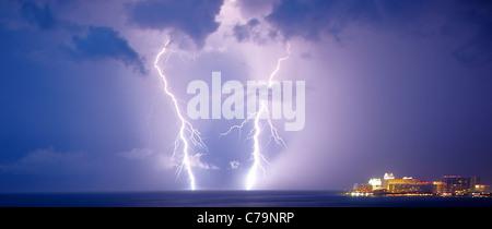 Il fulmine tempesta su Cancun Messico Foto Stock
