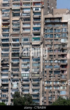 Blocchi di appartamenti sulla corniche a Maadi al Cairo, Egitto Foto Stock