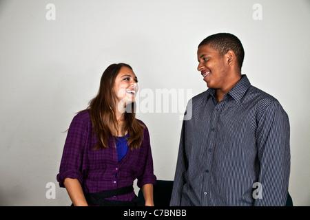 Multi etnico razziale etnicamente diversi ragazzi adolescenti appendere fuori , Ispanico americano africano ragazzini Foto Stock