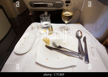 Regno Unito, Business Class Air Travel, piastra vuota di volo in pasto servito su Emirates Airlines A380 Foto Stock